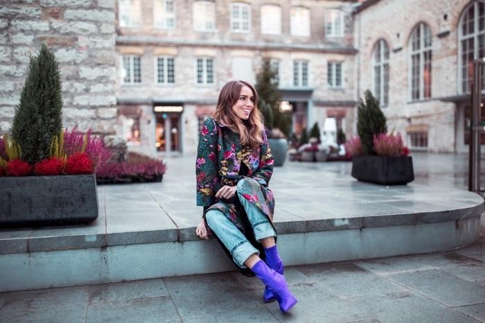 tenue chic femme en jeans clairs 7/8 et bottines cuir violet, modèle de manteau longueur genoux à imprimés floraux