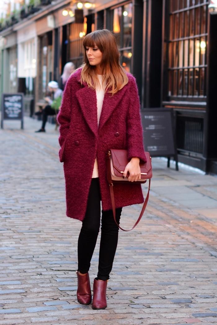 look tendance femme 2019 en pantalon fit avec blouse loose et manteau oversize de couleur tendance burgundy