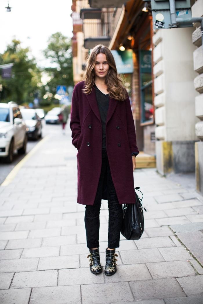 vetement femme tendance de couleur violet foncé, idée look total noir d'hiver avec un manteau de couleur rouge foncé