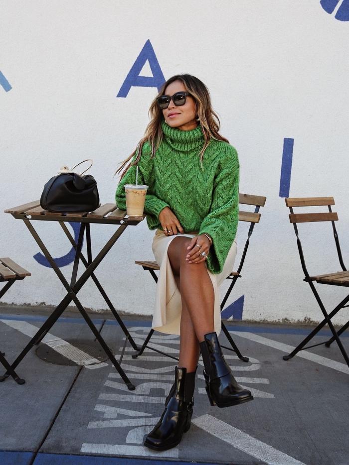 tenue chic femme d'hiver en gros pull femme vert avec jupe beige et bottines cuir noir, mode femme tendance 2019