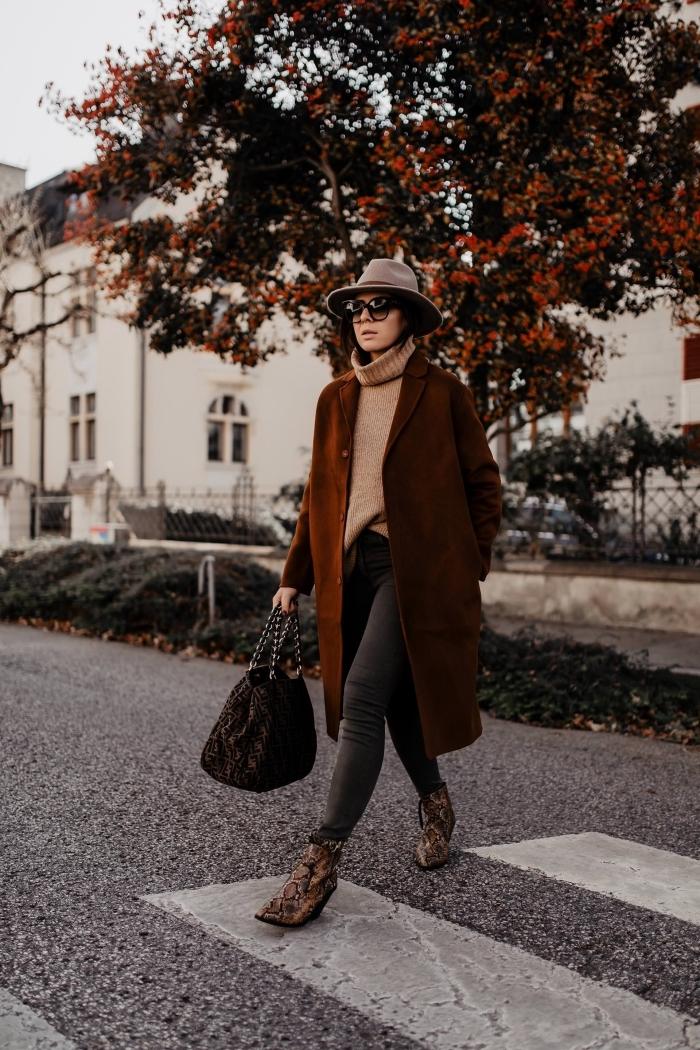 couleurs mode hiver 2019, tenue quotidienne chic en jeans foncés avec pull loose et manteau oversized en marron