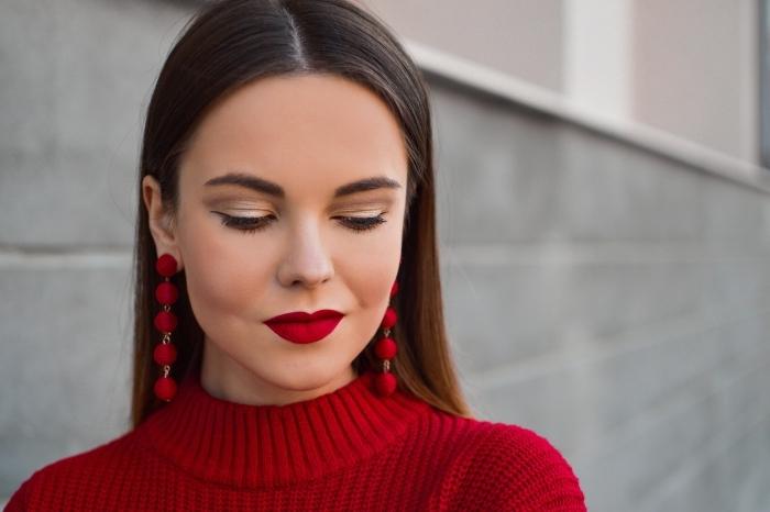 exemple comment se maquiller les yeux facilement, look femme stylée de Noël avec lèvres rouge mat et paupières dorés