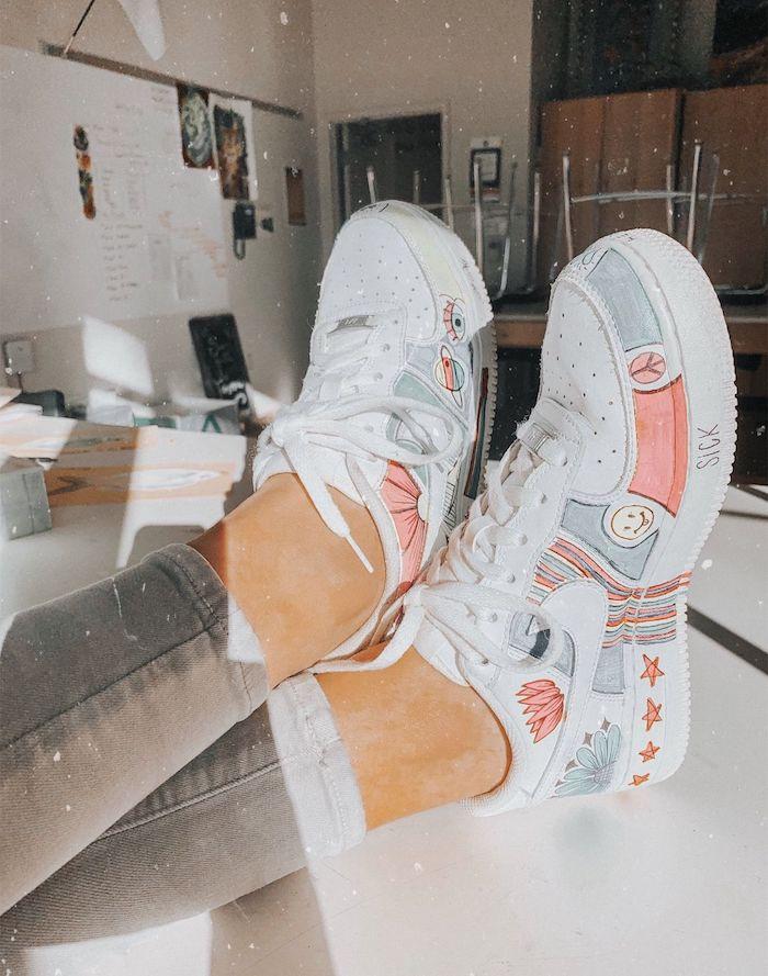 Blanches baskets classiques, dessin coloré pour personnaliser ses chaussures nike, créer une paire de chaussures originale
