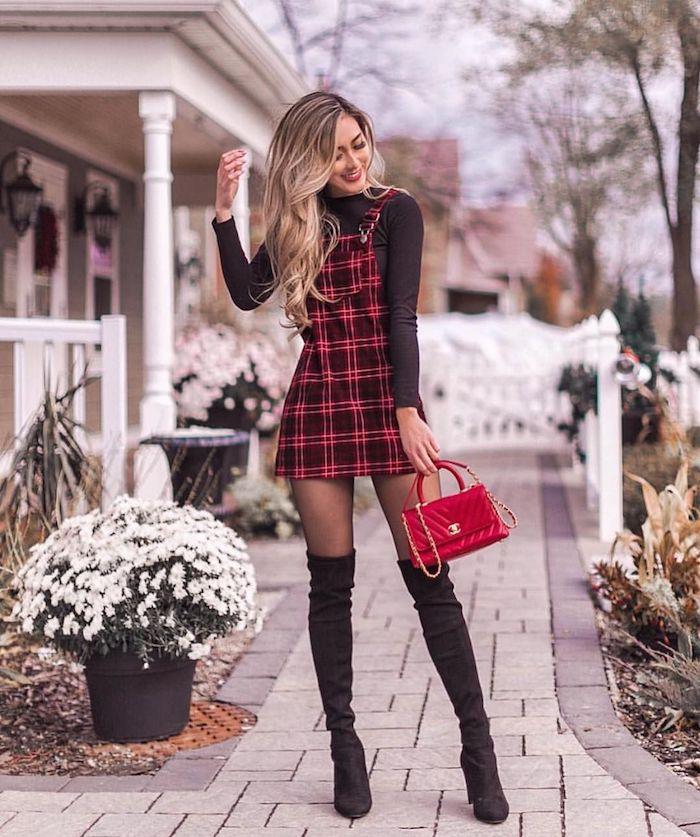 Comment s'habiller pour la fête de noel femme tenue avec cuissardes, robe pour noel carré rouge et noir, idée tenue de fete pour la saison festive