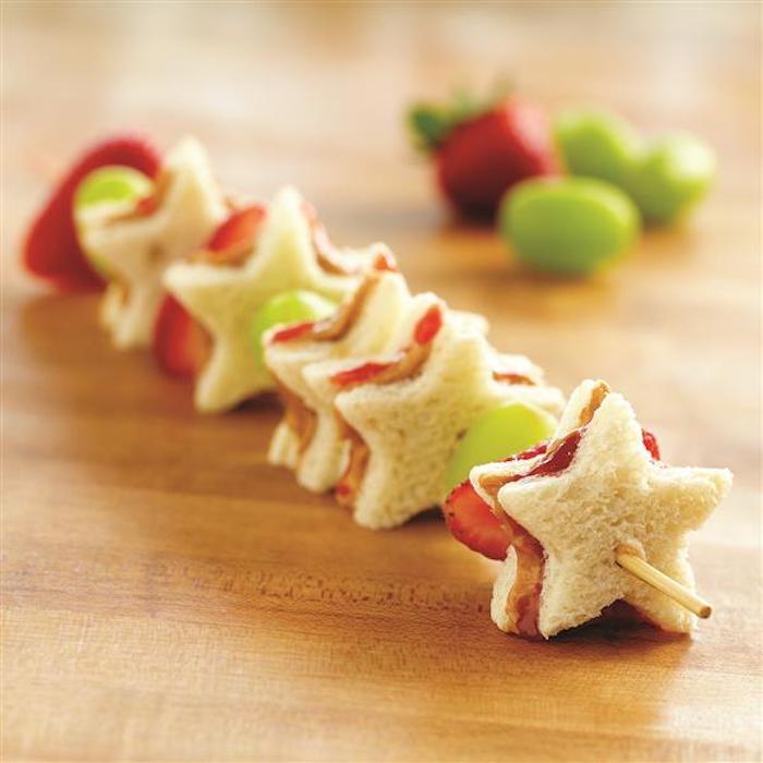 Couper le pain avec une forme de biscuit étoile, idée toast apéritif, préparation culinaire traditionnelle d'apéritif dinatoire