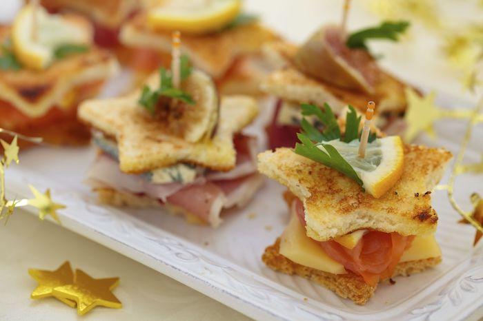 Étoile pain grillé et jambon, originale idée canape aperitif de noel, tapas français tradition de noël