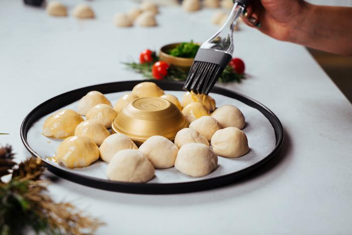 enduire pain de noel d oeufs battus, idée comment faire pain en boules de pâte à pizza et mozzarella pur l apero noel