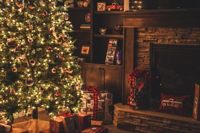 idée comment decorer un sapin pour noel avec boules dorées et guirlandes lumineuse, déco de Noël cocooning