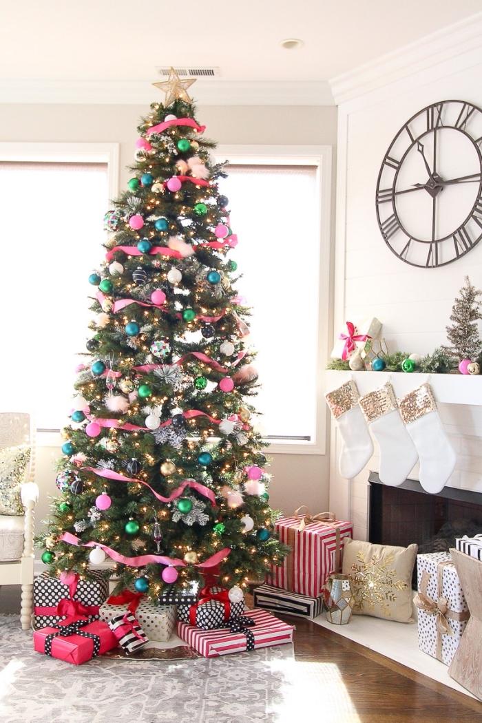 comment decorer un sapin moderne pour un salon blanc, modèle gros arbre de Noël décoré avec rubans rose