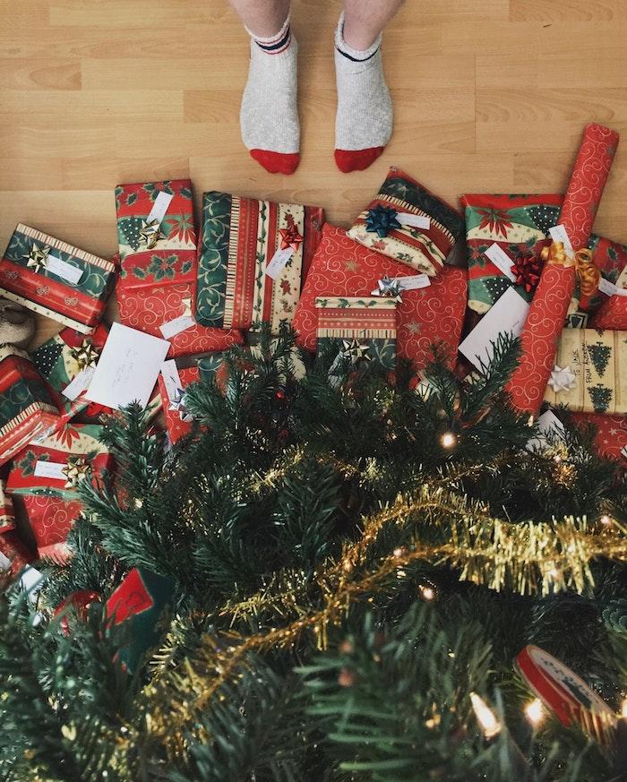 Cadeaux bien emballés en papier rouge et verte, sapin de noel fond d écran image de joyeux noel, photo joyeux noel