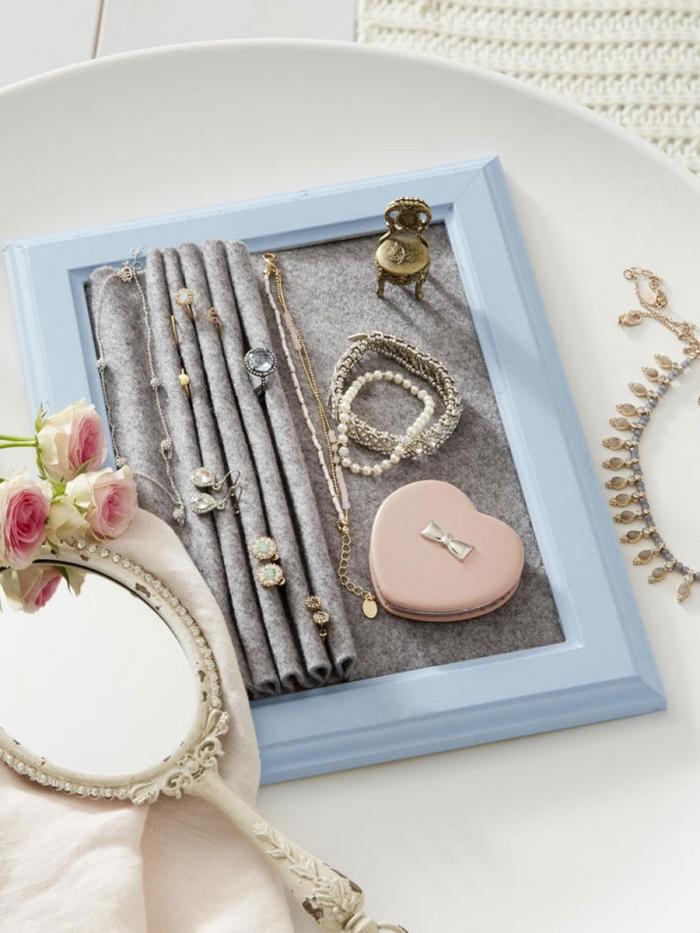 fabriquer un porte bijoux de style vintage, idée que faire avec un vieux cadre photo, modèle organisateur bijoux diy