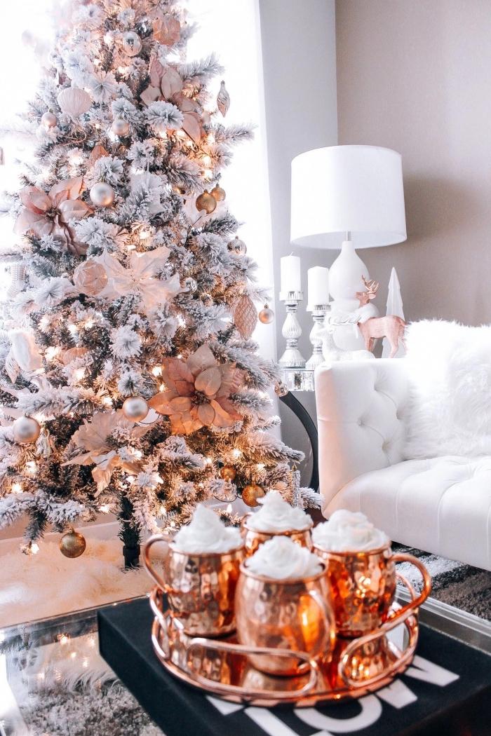 exemple de sapin décoré avec ornements en rose et or, déco salon chic et stylé en rose et blanc avec accents noirs