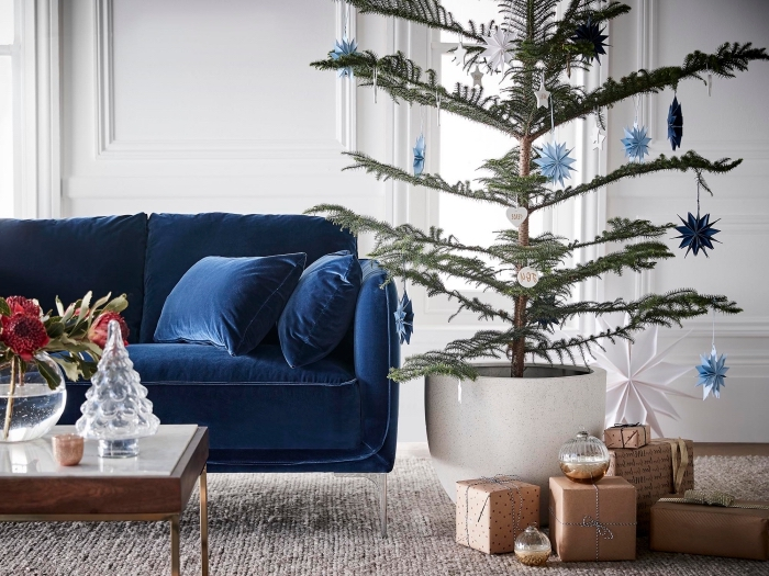 decoration de noel interieur moderne avec arbre de noel naturel, aménagement salon avec meubles en velours bleu foncé