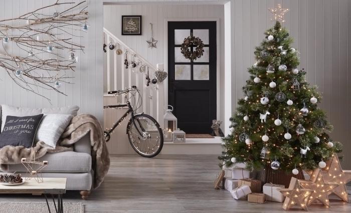 idée décoration tendance noel 2019, design intérieur style cocooning dans un salon scandinave avec sapin naturel