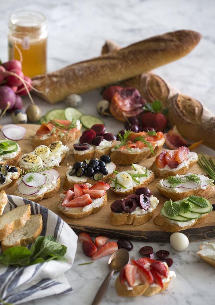 Planché pleine de toast de noël à garnir avec fraises, concombres, oeufs ou olives, forme de noél festive