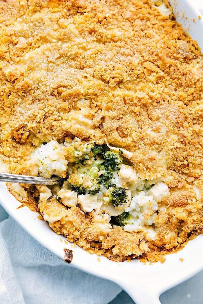 casserole au fromage avec du riz, brocoli et miettes de pain en top, quoi manger se soir idee de recette pour la famille