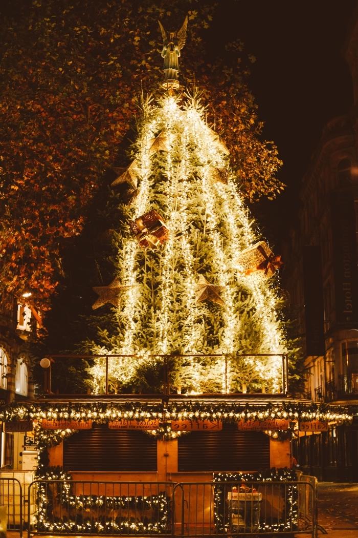 joyeux noel image pour fond d'écran portable, photographie de nuit avec image sapin de Noël géant et lumineux