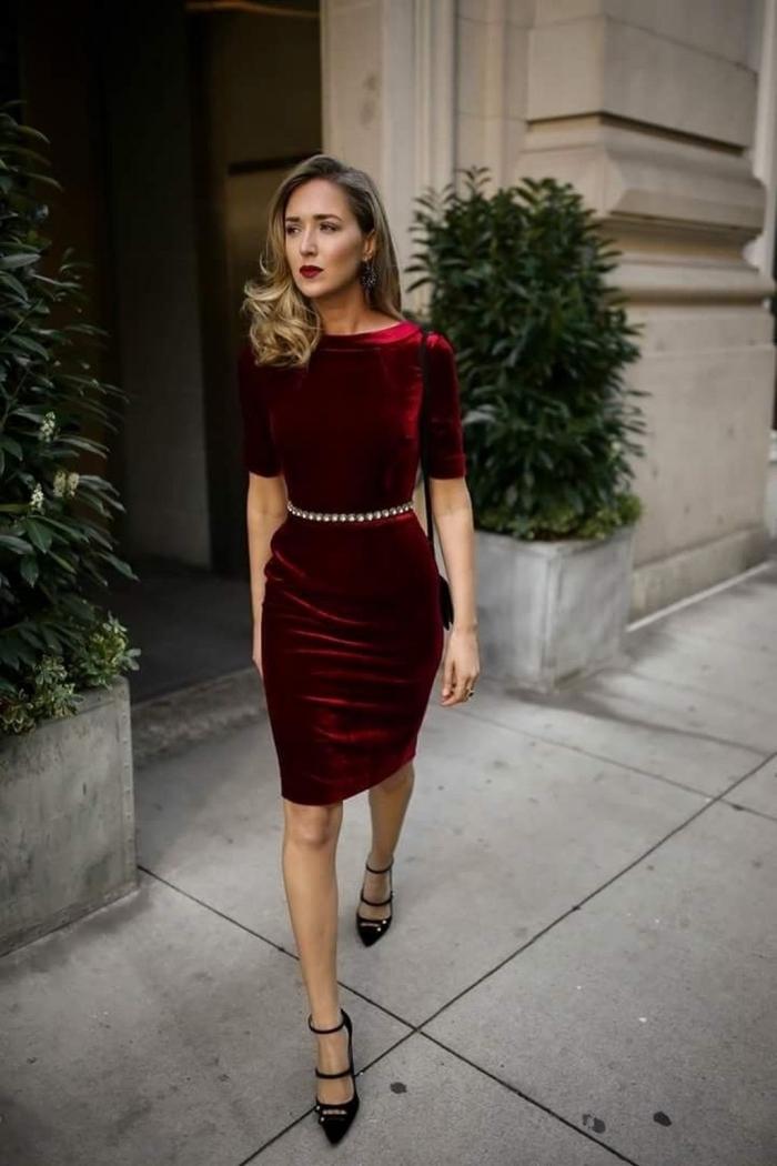 idée comment s'habiller pour la fête de Noël, look femme classe en robe chic longueur genoux à manches courtes en bordeaux