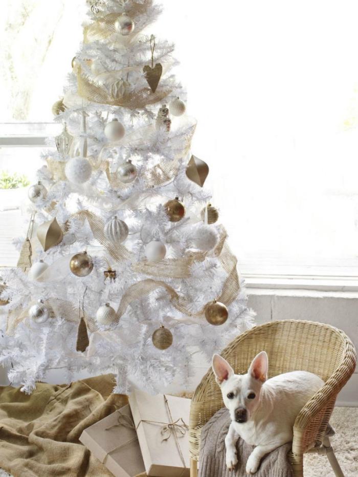 décoration sapin de Noël tendance, deco sapin noel blanc avec ruban doré et boules blanches, modèle de sapin stylé en blanc et or avec ornements métalliques