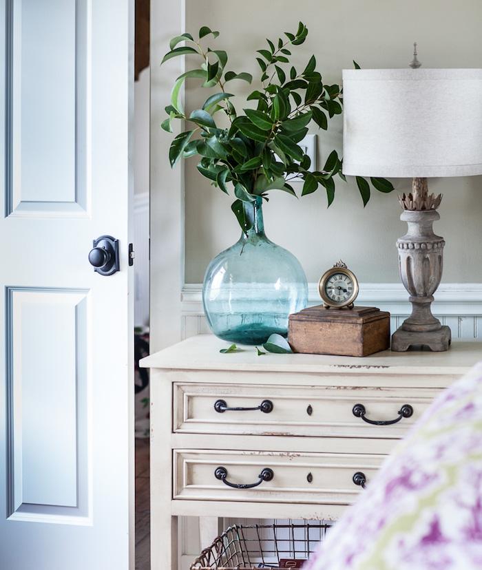 Table de chevet vintage blanche en bois, blanche verte dans une dame jeanne déco à composer soi-même, belle décoration