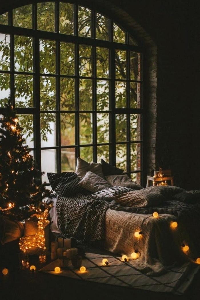 comment décorer une chambre scandinave pour Noël, idée deco noel nature avec un petit arbre de Noël naturel