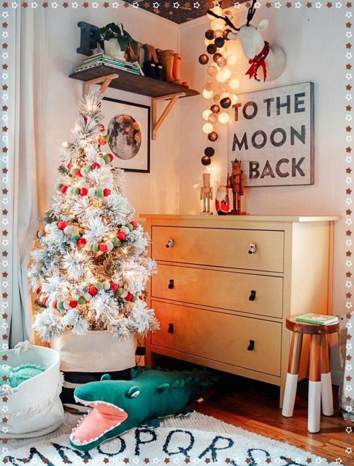 faux sapin de noel décoré avec guirlande en mini pompons rouge et vert, design chambre à coucher moderne en blanc et bois