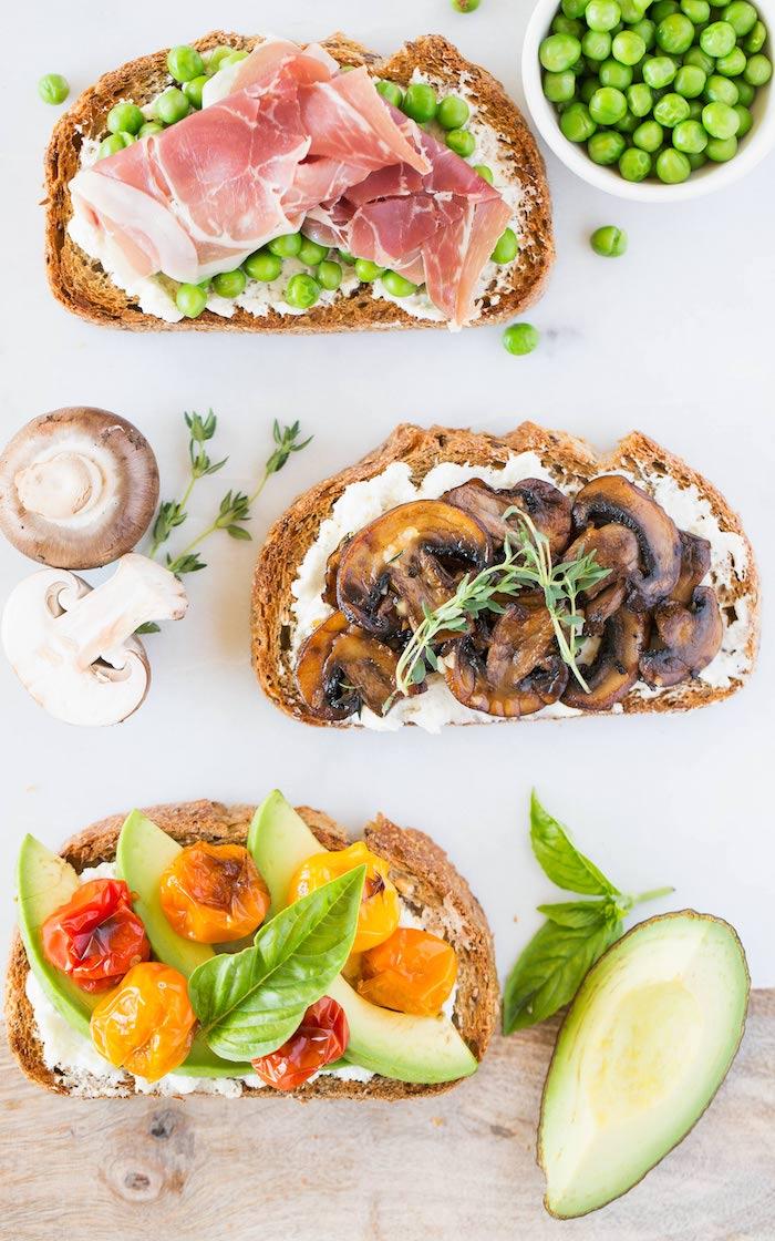 Pois et jambon sur pain grillé garni de fromage, idee apero noel, toast de noël, feter avec sa famille préparation