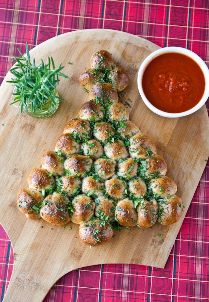 Faire un pain au ail à la forme de sapin de Noël avec sauce à tomates, toast apero, aperitif noel, choix de pain de noël et comment le garnir