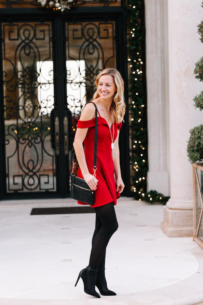 Route robe classique sans dentelle et avec manches dénudées, tenue tendance noel, robe pour une fête, robe bustier rouge avec chaussures noires à hauts talons