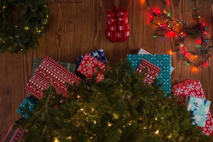 idée fond d'écran ordinateur sur thème Noël, wallpaper ordinateur avec photo joyeux noel, photo cadeaux et sapin lumineux