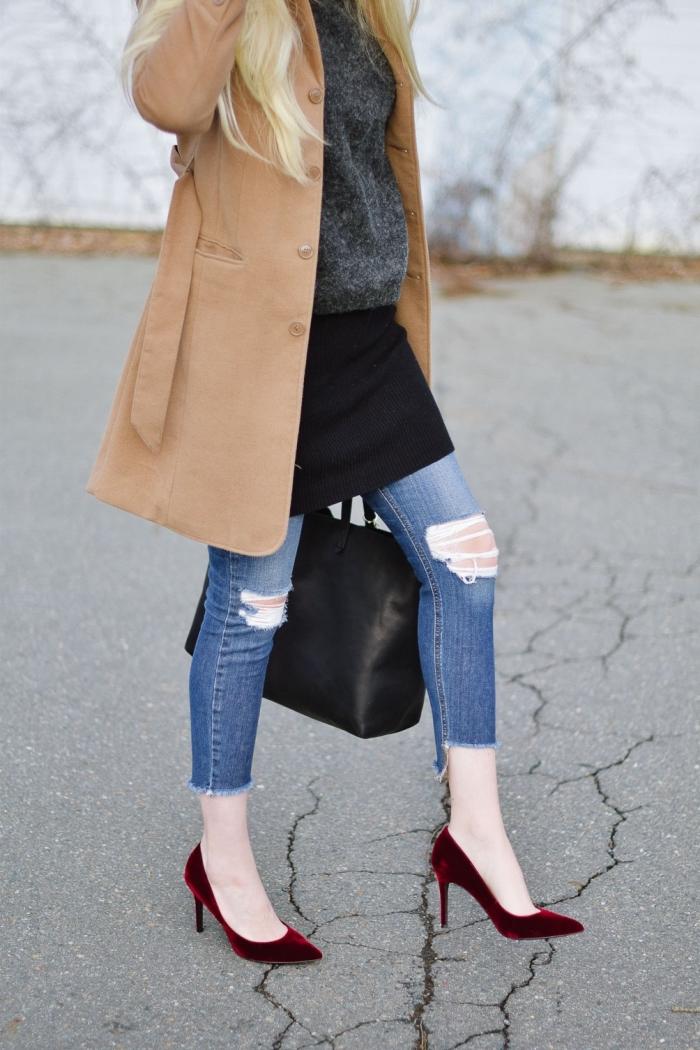 comment bien s'habiller en hiver, style vestimentaire femme casual chic en jeans troués avec chaussures hautes