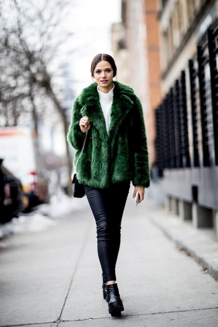modèle de manteau tendance 2019 de couleur vert émeraude, tenue femme chic en pantalon simili cuir et bottines hautes