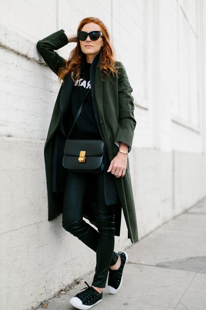 tendance hiver 2019 2020 femme, look total noir femme en pantalon slim et sweatshirt avec manteau vert forestier