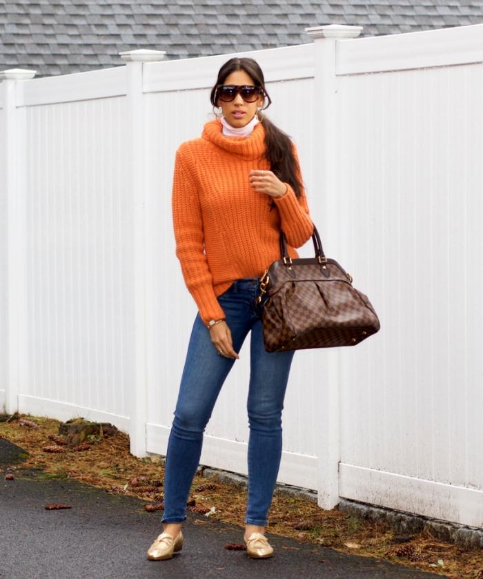 vêtement femme de couleur orange tendance hiver 2020, modèle de jeans fit combinés avec top orange et accessoires or et marron