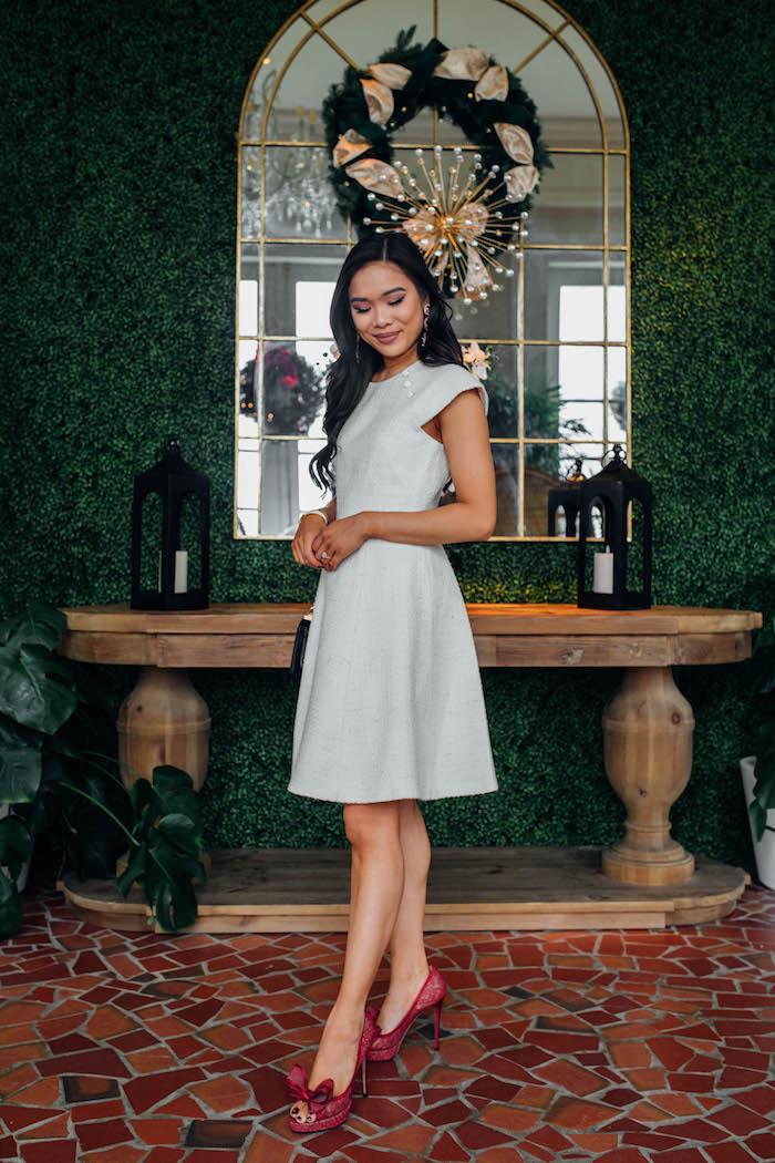 Robe blanche femme associée aux chaussures rouges à talon, robe de noël tendance 2019-2020, chambre décorée pour la fête de noel