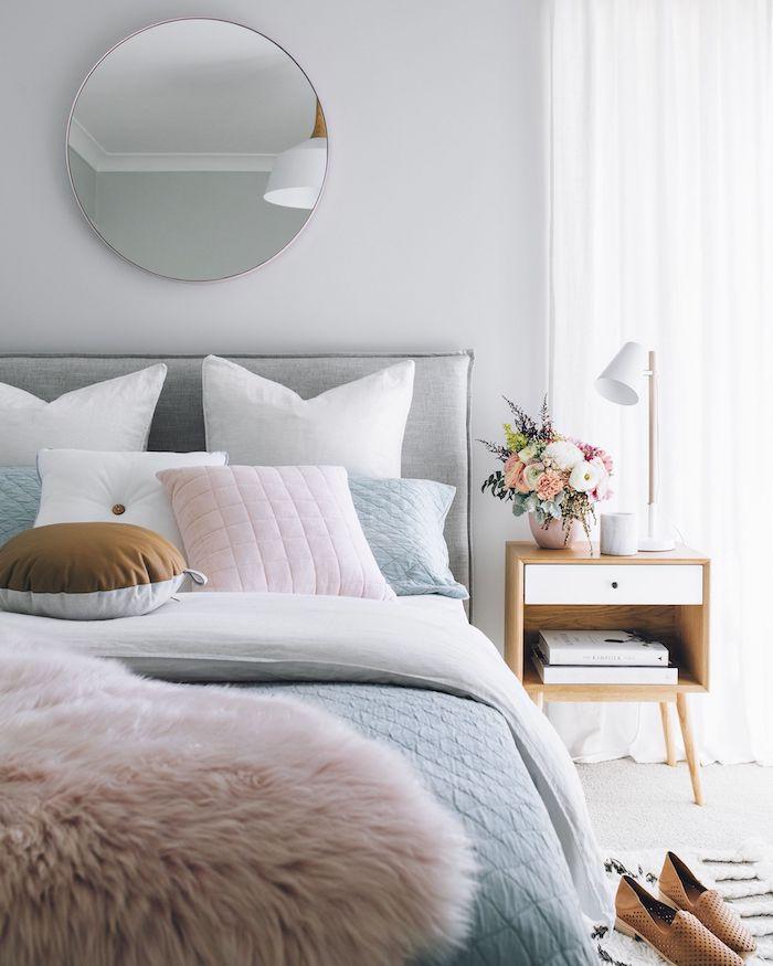 Ronde miroir dans chambre à coucher, lit cool en rose gris et bleu claire, peinture bleu gris, quelle couleur associer au gris