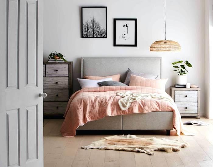 Peinture vert de gris, scandinave déco chambre grise, couverture rose, pot plante verte sur la table de chevet