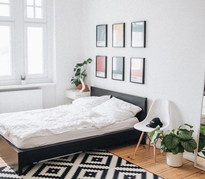 comment choisir sa literie, changer de matelas et de sommier, deco chambre noir et blanc style scandinave avec parquet bois clair