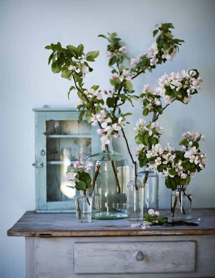 Déco pour printemps avec branches fleuries, vintage placard en bois coloré en gris, dame jeanne ancienne, dame-jeanne déco vintage