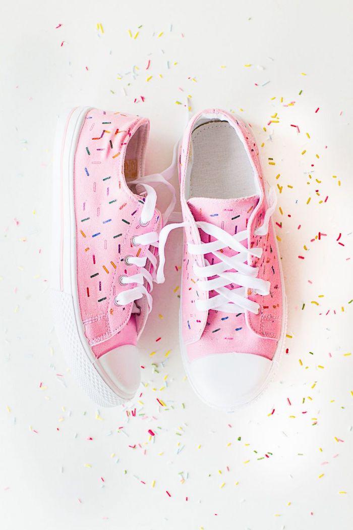 Converse rose personnaliser facile idée customisation à réaliser soi-même en faisant colorés lignes qui ressemblent à décoration de donut