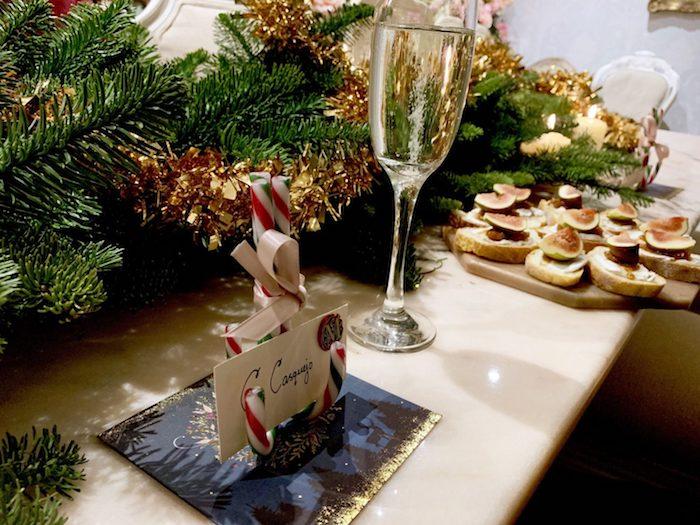Déco table de noel avec branches de sapin de noel, aperitif de noel, idee apero noel en toast pain de campagne, verre de champagne