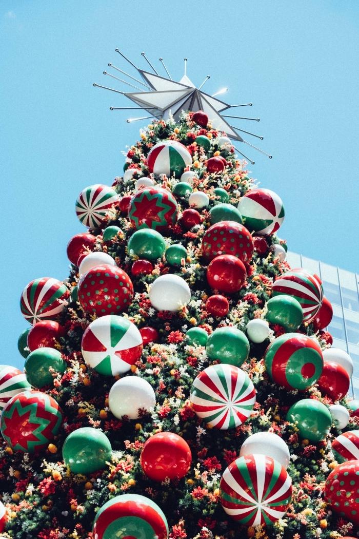 image joyeux noel 2019, idée photo écran de verrouillage avec un sapin géant décoré en rouge vert et blanc classique