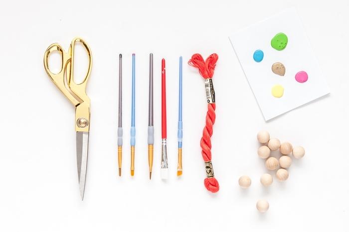quels matériaux utiliser pour fabriquer une guirlande de Noël en perles de bois colorés, activité noel facile et rapide