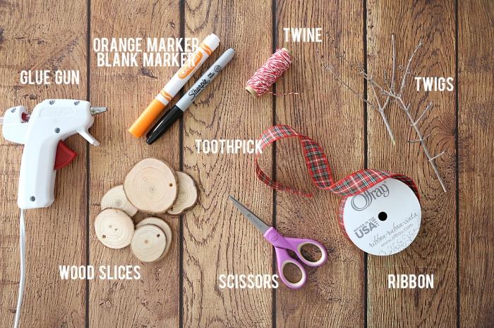 matériaux nécessaires pour réaliser un ornement de sapin original, idée deco de noel a faire soi meme avec rondelles de bois