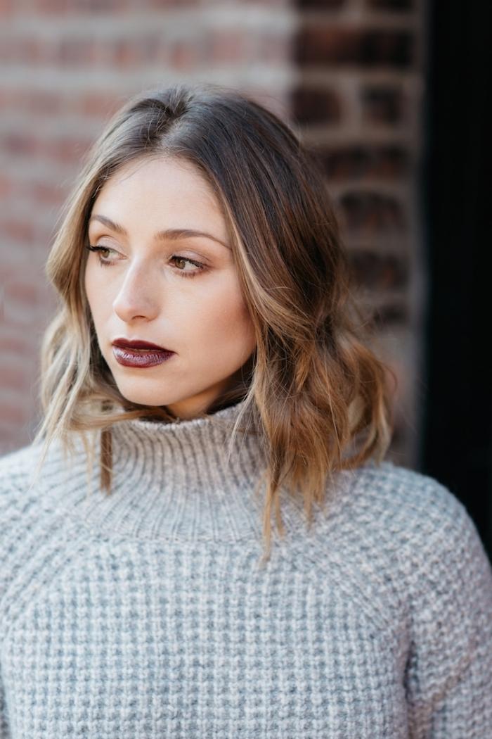 idée maquillage de noël facile à réaliser, look casual chic femme en pull-over gris clair avec make-up aux lèvres foncés