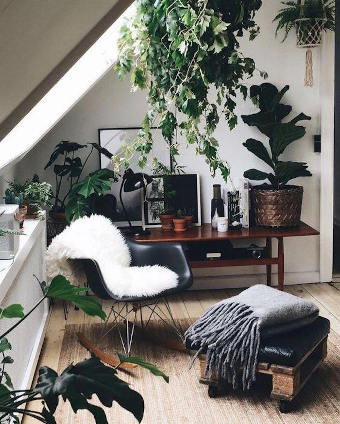Plantes vertes déco coin lecture dans chambre à coucher sous pente, couleur vert de gris, belle chambre à coucher confortable