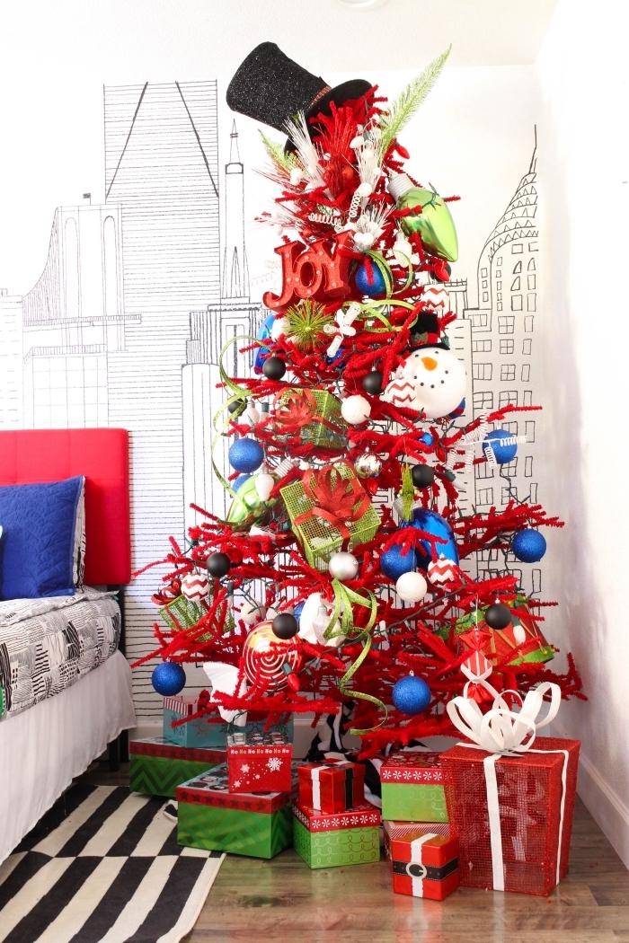 modèle de sapin de noel décoré avec figurines de cadeaux et de bonhommes de neige dans une chambre d'enfant