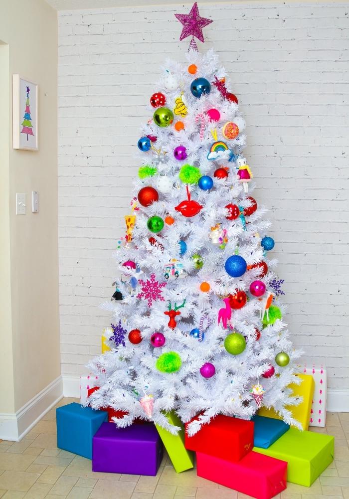 idée décoration de sapin de Noël artificiel en blanc avec ornements et figurines Noël pour une chambre d'enfant