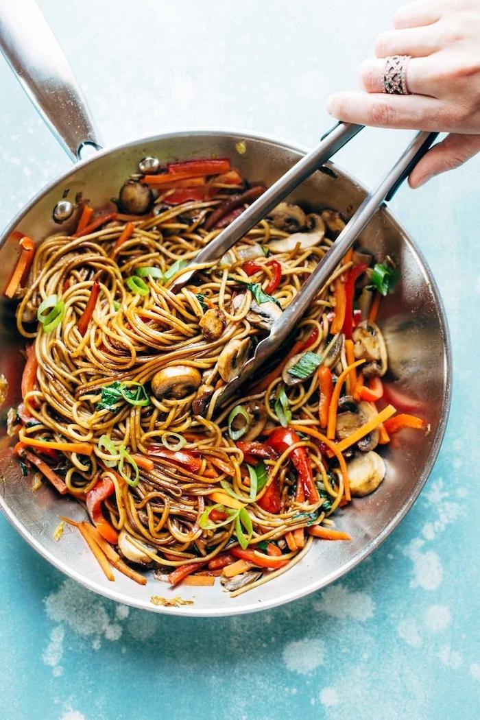 exemple de repas asiatique, idee repas famille a preparer pour diner, nouilles aux légumes, champignons, poivrons, carottes avec des épices