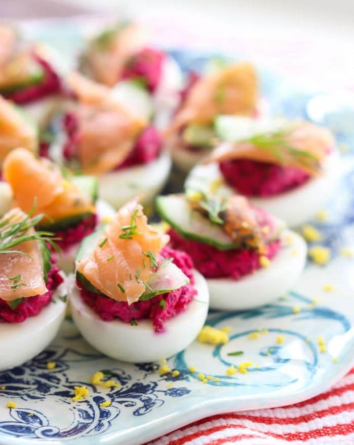 purée de betterave et jaune d oeuf pour farcir des oeufs mimosa à la betterave et saumon fumé, idee apero noel